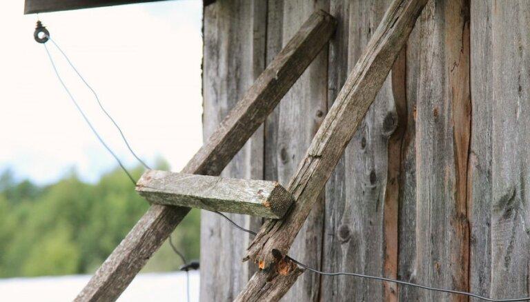 Par siena šķūņa un traktora ļaunprātīgu nodedzināšanu piespriež nosacītu cietumsodu