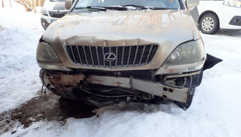 Cēsīs autovadītājs lielā reibumā izraisa ceļa satiksmes negadījumu