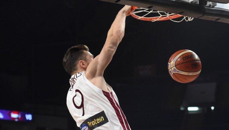 Dairis Bertāns ar 16 punktiem kaldina Milānas komandas uzvaru Itālijas A sērijas spēlē