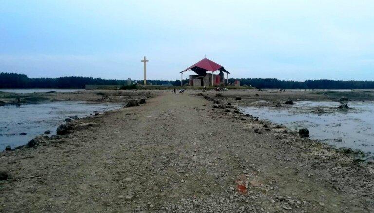 Pazeminot ūdeni Rīgas HES, līdz Svētā Meinarda salai var aiziet kājām