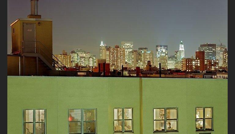 Fotogrāfe lūriķe naktīs ieskatās apgaismotu namu logos