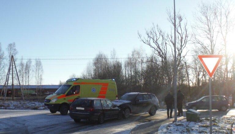 Столкновение при левом повороте: с места аварии госпитализирована женщина