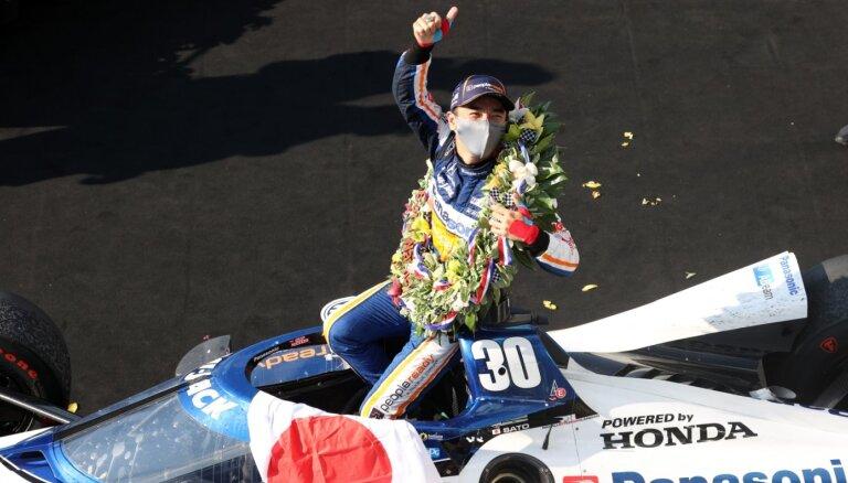 Par 'Indy 500' uzvarētāju otro reizi kļūst Sato; Alonso neveiksmīgas sacīkstes