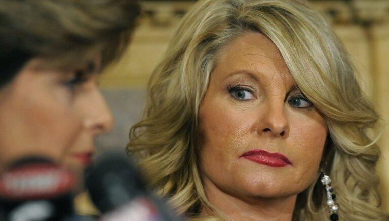 Amerikāniete publiski apsūdz par seksuālu uzmākšanos republikāņu prezidenta kandidātu Keinu