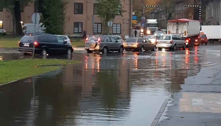 Video: Spēcīgajā lietū applūdušas ielas Iļģuciemā un Vienības gatvē