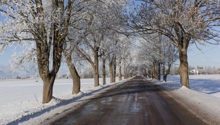 Выпавший в воскресенье снег до сих пор затрудняет движение на многих дорогах Латвии