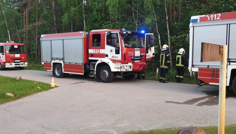 Foto: Spilvē turpinās meža ugunsgrēka dzēšanas darbi