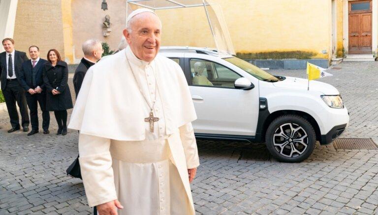 Rumāņu 'Dacia' uzdāvinājusi pāvestam Franciskam ekskluzīvu 'Duster' apvidnieku