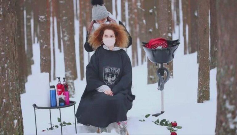 ВИДЕО: Красота на морозе. Депутат Рижской думы стрижется в лесу