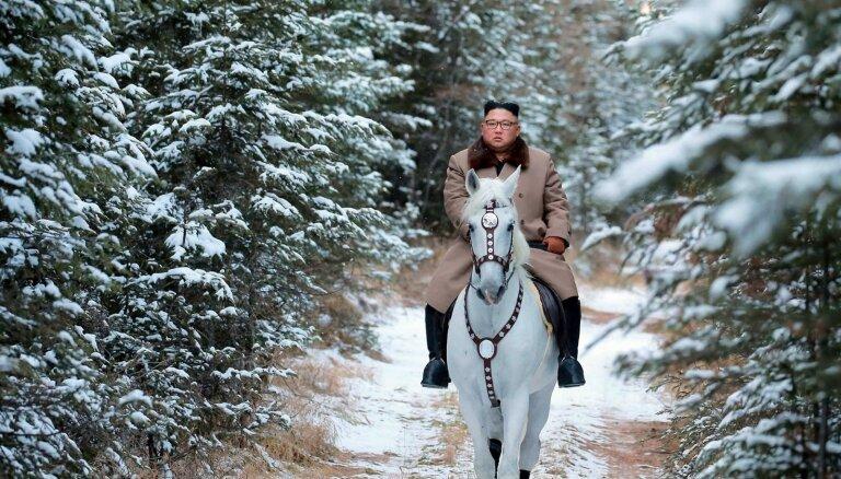 Foto: Kims Čenuns baltā zirgā uzjājis svētajā Pektusana kalnā