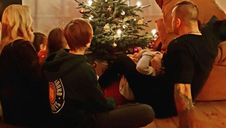 Aizkustinošs foto: Kivičs un Skulme svin kopā ar saviem sešiem bērniem