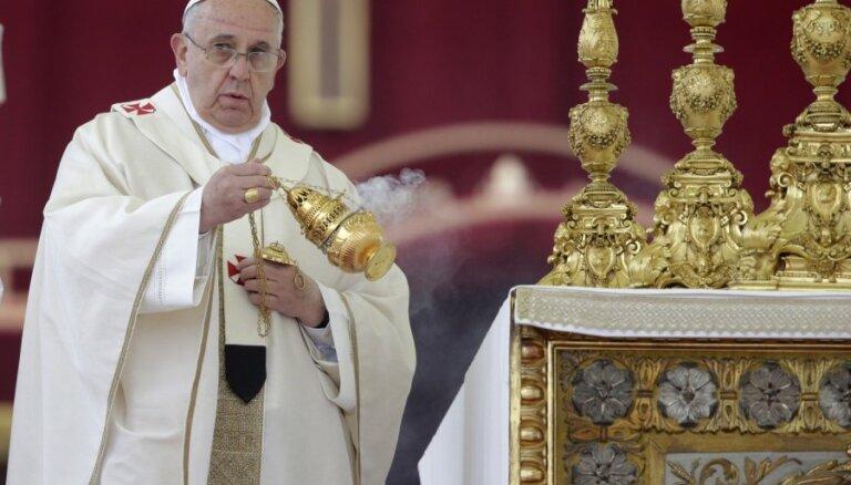 Aizsargāt no velna: Pāvests aicina ticīgos mēnesi lūgties par baznīcu