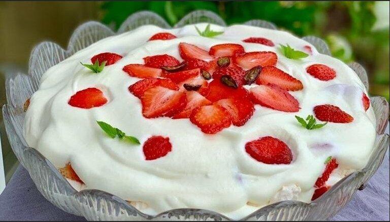 Foto recepte: Ātrais zefīra, zemeņu un putukrējuma kārtojums
