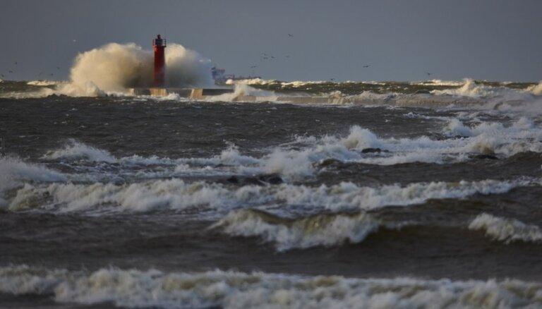 Krastā nogādā ar piepūšamo matraci jūrā iepūstu bērnu