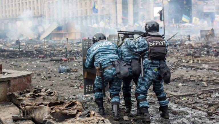 Foto: No miermīlīgām demonstrācijām līdz asiņainām sadursmēm – Ukrainas Cieņas revolūcijai 5