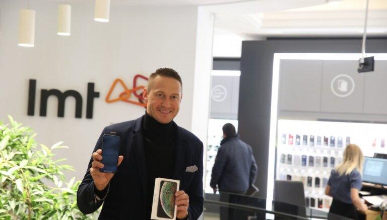 Foto: Latvijā uzsākta jaunā 'iPhone Xs' un 'Xs Max' tirdzniecība