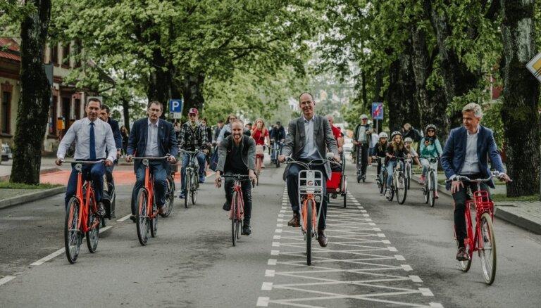 Foto: Siguldā atklāta pirmā velo iela Latvijā