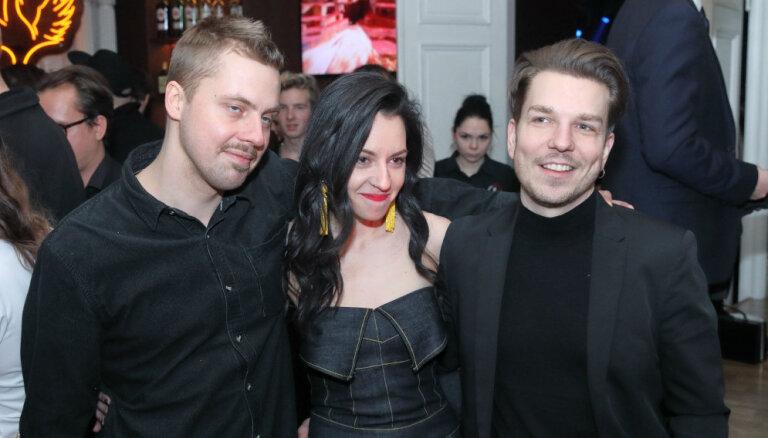Foto: Mūziķi lustējas 'Zelta mikrofona' nakts ballītē