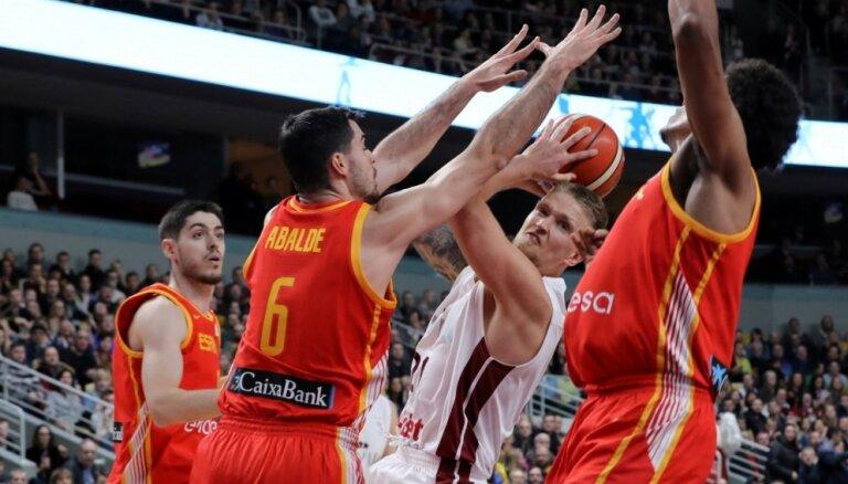Latvijas basketbolisti dramatiskā mača izskaņā 'nenoķer' Spāniju