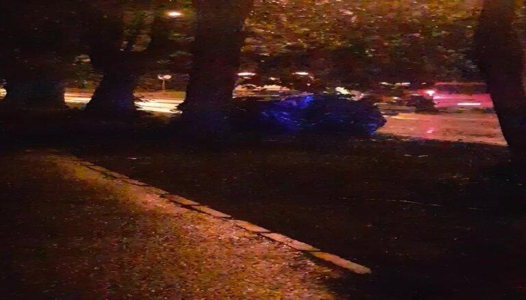 Video: Āgenskalnā kokā ietriecies BMW; divas cietušās