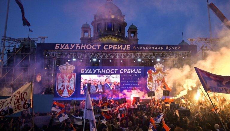 Vučiča atbalsta pasākums Belgradā pulcē tūkstošiem cilvēku