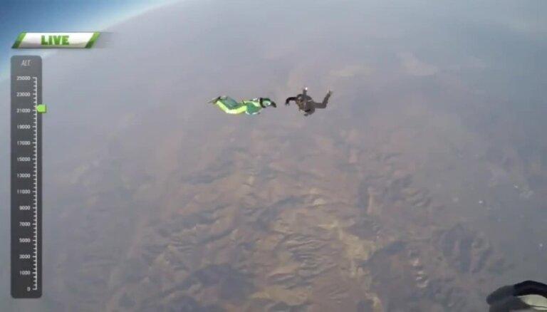 Uzstāda Ginesa rekordu lēciena no lidmašīnas bez izpletņa