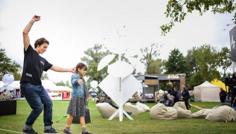 Foto: Festivāls 'iNOVUSS' pirmajā dienā pulcē teju 3000 interesentu