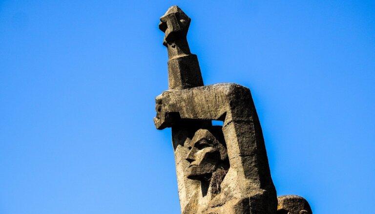 Foto: Salaspils memoriālā skulptūrai uz pleca parādījusies ligzda