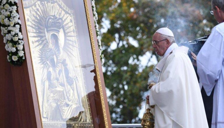 Pāvests Aglonas bazilikai dāvina rožukroni