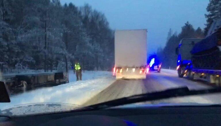 ВИДЕО: На Лиепайском шоссе с дороги слетел грузовик; военные остановились помочь