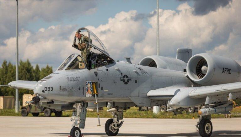 Foto: Lielvārdes lidlaukā pirmo reizi nolaižas A-10 lidmašīnas