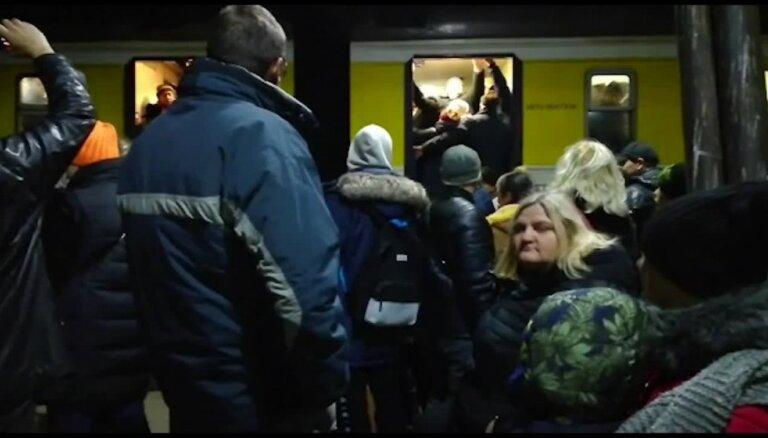 Video: Skarbā simtgades pēcgarša jeb milzu drūzma Rīgas dzelzceļa stacijā