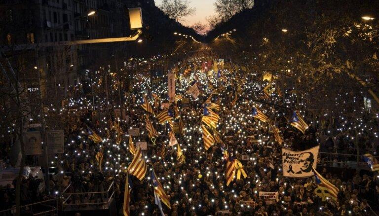 Barselonā 200 000 cilvēku protestē pret Katalonijas līderu tiesāšanu