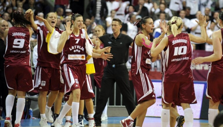 Izcilās komandas: Dāmu izlase raksta vēstules, kaldina uzvaras un lej asaras