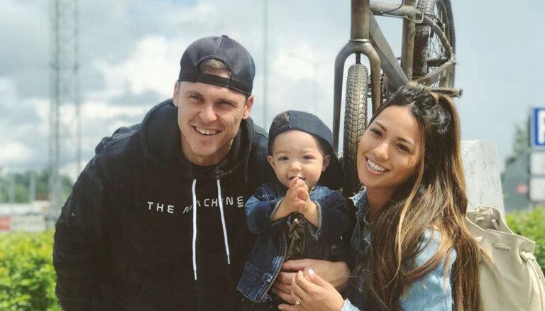 Foto: Māris Štrombergs ar sievu un dēliņu atbraucis uz Latviju