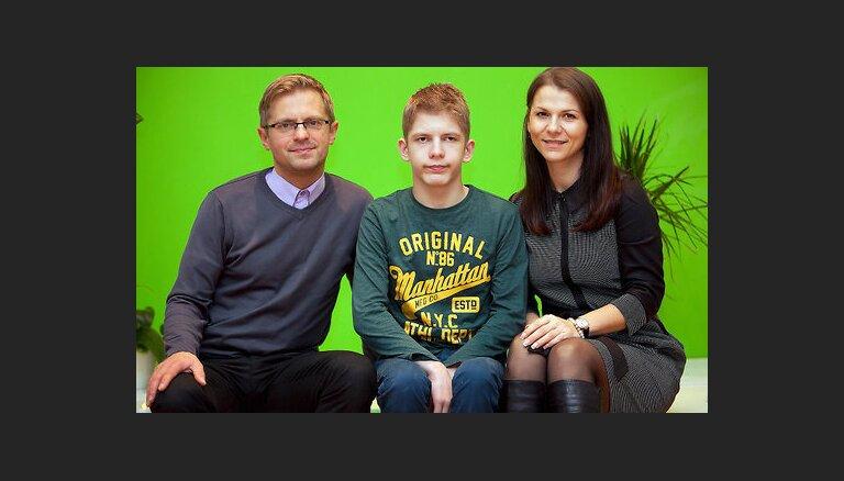 14 gadus vecais Linards un viņa vecāki lūdz atbalstu kāju muskuļu pagarināšanas operācijai