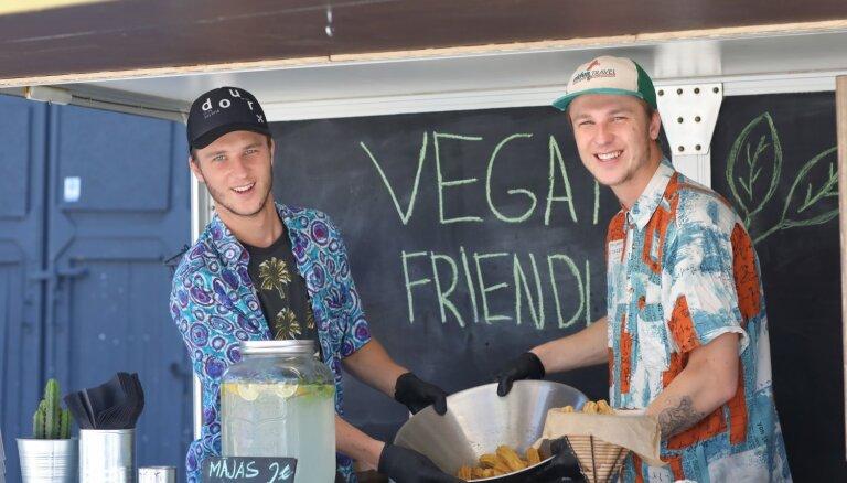 Foto: Tallinas ielas kvartālā aizvadīti vegāniska ēdiena svētki