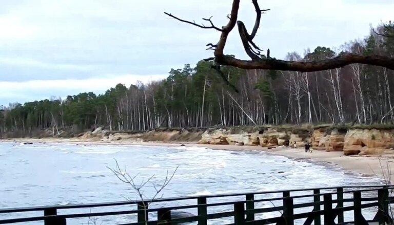 Video: Vidzemes jūrmalas rota - augstās un krāsainās Veczemju klintis