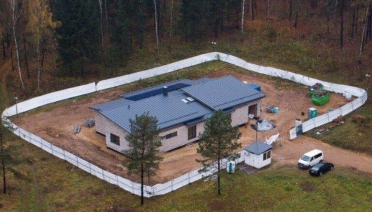 Foto: Apsardzes ieskauta — Lietuvas prezidentes Daļas Grībauskaites māja gandrīz pabeigta