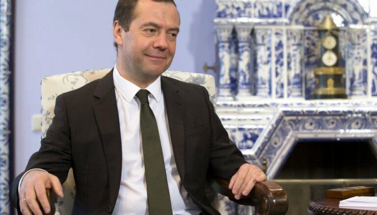 Немецкие СМИ: премьер России Медведев начал гнать самогон с медведем на этикетке