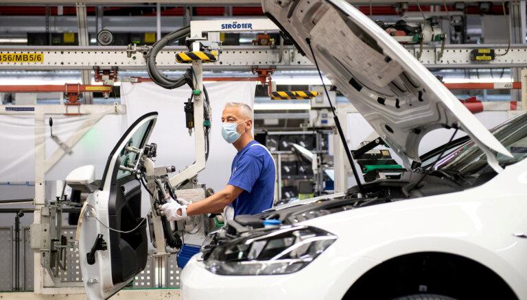Toyota, VW и другие автогиганты останавливают производство: в мире и в Латвии ожидается дефицит машин