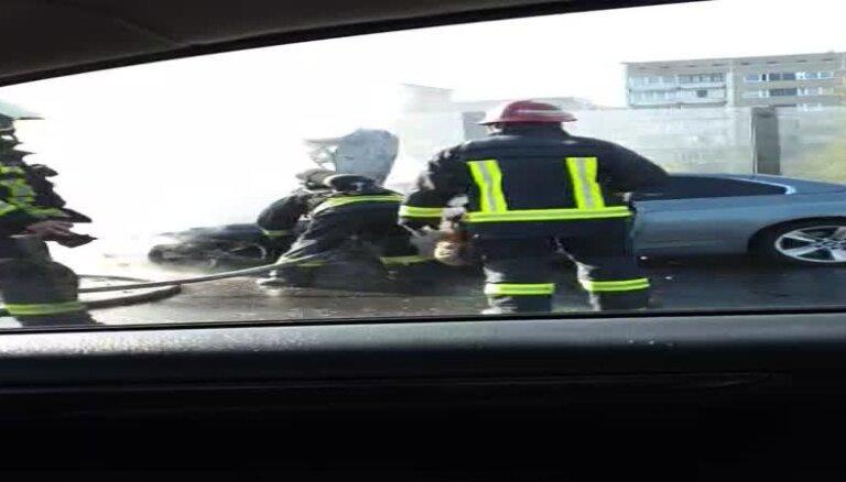 ВИДЕО: На Южном мосту открытым пламенем горел BMW