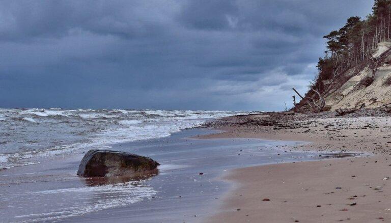 В пятницу ожидается сильный ветер, в Курземе объявлено желтое предупреждение