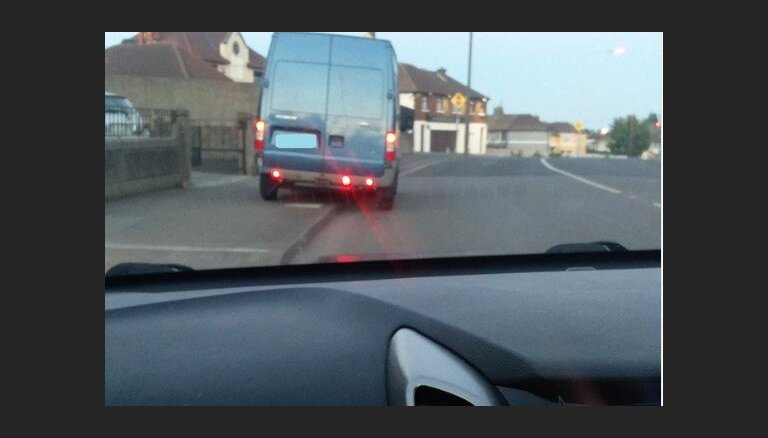 Dublinā pieķerts autovadītājs, kurš busiņā pārvadājis zirgu