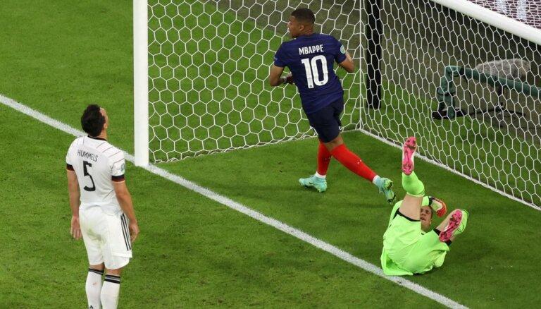 Francijas uzvaru grandu duelī nodrošina Vācijas aizsarga savos vārtos raidītā bumba