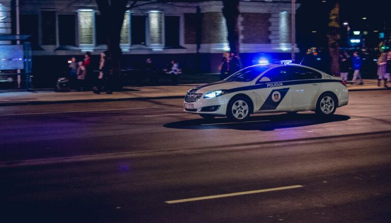 Valmierā auto šoferis nepakļaujas policistiem un metas bēgt