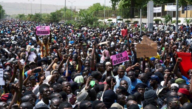 Foto: Tūkstoši Mali protestē pret pieaugošo džihādistu vardarbību