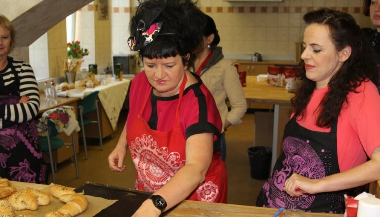 Foto: Patmalniece un Skudriņa mācās gatavot ēst