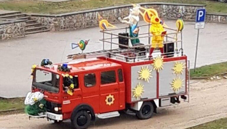 ФОТО, ВИДЕО: Жители Валмиеры получили на Пасху необычный сюрприз