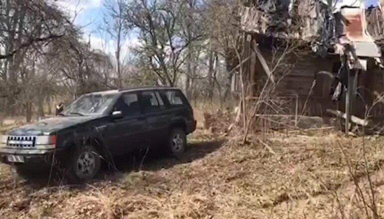 Video: Jaunpiebalgā ar džipu jauc māju un izdauza auto stiklu
